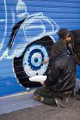 Artistas pintando um grafite