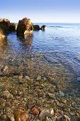 Vista do mar mediterrânea azul e rochas em Rotas de Las