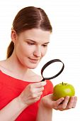 Mulher assistindo Apple com lupa
