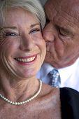 Retrato de um homem a beijar sua esposa