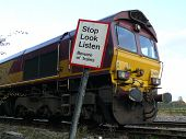 Motor de trem de carga com sinal de aviso