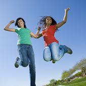 Adolescentes felizes saltar no ar