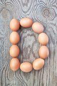 Una letra D de los huevos de Pascua. En una textura de madera.
