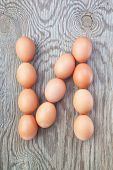 Una letra N de los huevos de Pascua. En una textura de madera.
