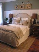 Una foto de un dormitorio con clase