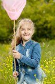 Menina com um líquido pegando borboletas