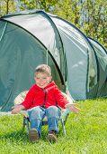 menino acampar com barraca