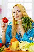 blonde Frau auf leichte Küche zu Hause mit Gemüse