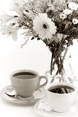 Постер, плакат: Две чашки чая и цветы