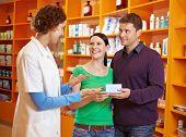Farmacêutico falar com o casal feliz