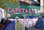 Londres-23 de outubro: Protesto de manifestantes anticapitalistas e acampamento no famoso adro St Pauls em