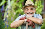 Jardinero alto con una pala