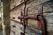 Antiga porta de celeiro com fechamento