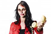 Zombie Girl Cold Calling mit Toten Telefon