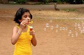 Chica liberar las burbujas de jabón