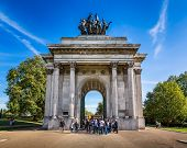 Постер, плакат: Wellington Arch Aka Constitution Arch Or The Green Park Arch Is A Triumphal Arch In London United