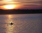 Canoa solitária sobre o Ohio