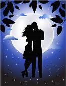 Onder het maanlicht verliefde paar