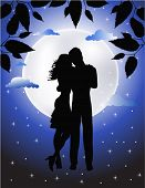 Casal apaixonado sob o luar