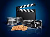 Moviefilm torcido, entradas y fondo de tablero azul de badajo