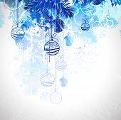Bolas azules de Navidad cuelgan de abeto