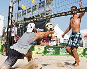 HERMOSA BEACH, CA - 21 de julio: Danko Iordanov y John Hyden compiten en el Jose Cuervo Pro Beach Voll