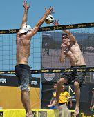 HERMOSA BEACH, CA - 21 de julio: Mark Williams y Sean Scott compiten en el Jose Cuervo Pro Beach Voll