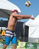 HERMOSA BEACH, CA - 21 de julio: Bartosz Bachorski compite en el tour de Jose Cuervo Pro Beach Volleyball