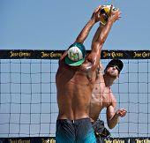 HERMOSA BEACH, CA - 21 de julio: Ty Tramblie y Matt Motter compiten en Jose Cuervo Pro Beach Volley