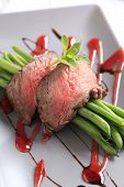 Slices of roast beef and string beans