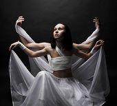 Retrato de dos niñas en vestiduras blancas, bailando en la penumbra