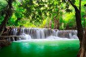 Cascada de Tailandia en Kanjanaburi