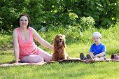 Mutter, Kind und Hund auf Picknick