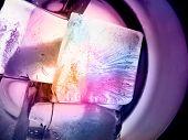 Постер, плакат: Льда кубов фиолетовый свет