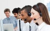 Multiethnische Kundenberater In einem Call Center