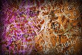 Fundo colorido grunge com graffiti e escritos e uma vinheta ligeira.