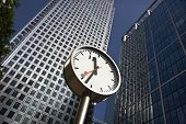 Uhr bei Canary Wharf in London Docklands financial district