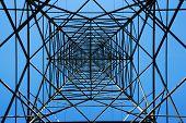 Torre de acero de electricidad en cielo azul brillante