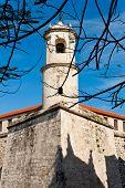 El castillo de La Fuerza en la Habana con la estatua de La Giraldilla, símbolo de la ciudad
