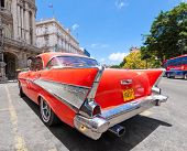 Havana, Kuba Juni 4:old Chevrolet ist Parken auf der Straße am Juni 4,2011 in Havanna, Kuba. Kubaner k