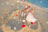 Постер, плакат: Пляж свадьбы счастливые новобрачные пара