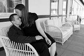 Joven guapa besándole la frente del marido