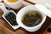 traditionele chinese thee ceremonie, oolong thee, gaiwan, proeverij cup, bamboe thee lade