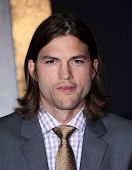 LOS ANGELES - DEC-05: ASHTON KUTCHER aankomen