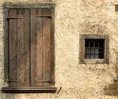 Gelbe raue Wand und Fenster