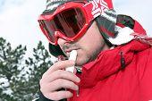 Esquiador aplicando protetor labial