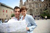 Pareja mirando el mapa turístico por Barcelona Catedral