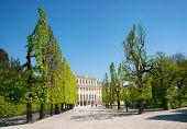 Historische Gebäude und öffentlichen Garten im Sommer