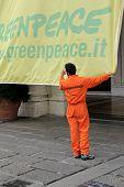 Acción de greenpeace italiano en Génova, Italia