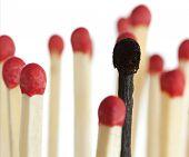 verbrannte Übereinstimmung zwischen neuen Streichhölzern, geringe Tiefenschärfe